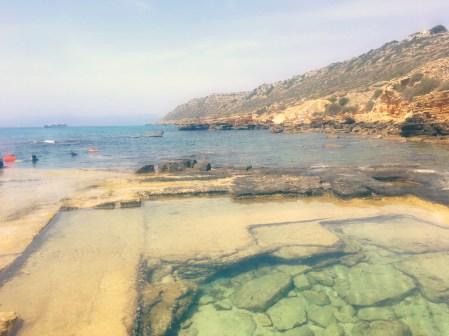 Die flachen Felsen ermöglichen einen leichten Einstieg ins Meer. ©katrin-lars.net