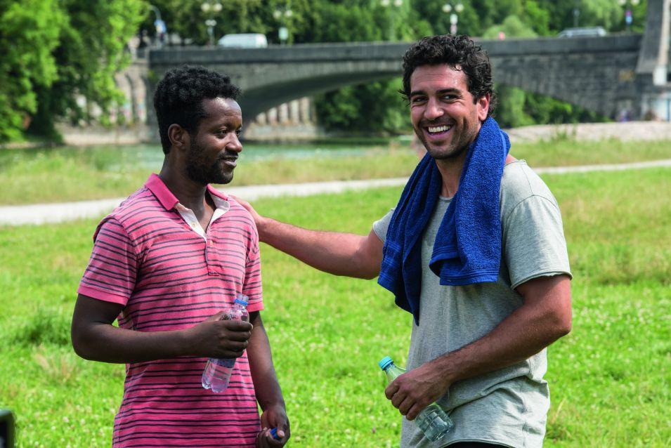 Flirt-Tipps vom Profi: Tarek Berger (Elyas M'barek) gibt Diallo (Eric Kabongo) Tipps für den Erfolg bei Frauen. © 2016 Warner Bros.