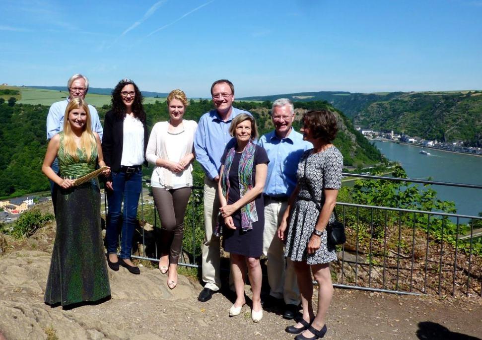 Weinköniginnen und LokalpolitikerInnen auf der Loreley, im Hintergrund Rheintal u. Stadt Sankt Goarshausen
