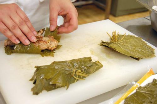Faisan emballé dans des feuilles de vigne