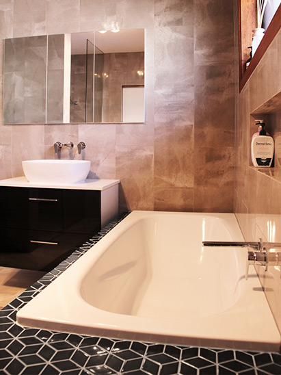 Quarter turn tapware with wall-hung vanity