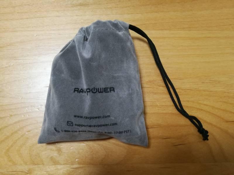 「RAVPOWER RP-PB125」と巻き取り式コードを専用ポーチに入れている画像