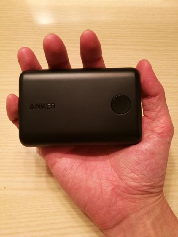 Anker PowerCore II 10000を手の平に収めている画像2