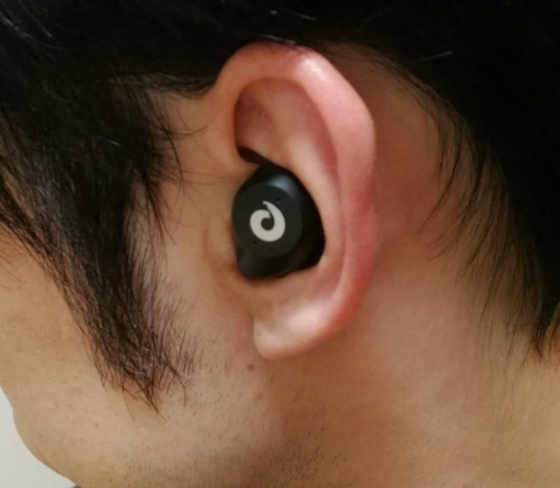 「iKanzi TWS-X9」を耳に装着した時の画像