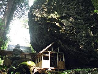 大矢谷白山神社の巨大岩塊