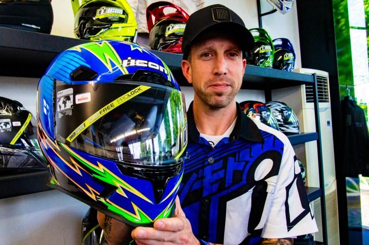 鮮やかな青と緑のヘルメット