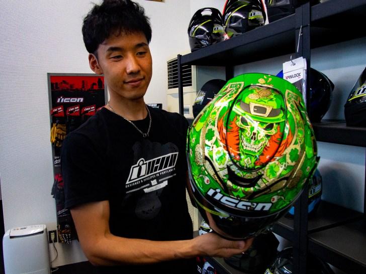 細部までオシャレなこのヘルメットには、一味効いたロゴが入っているのです