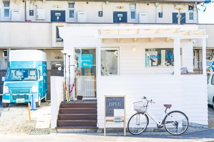 真っ白の外壁が特徴のお店