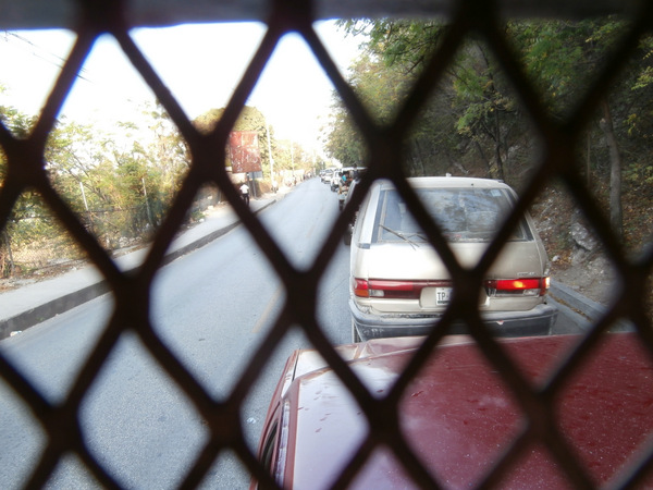 Bloccati nel traffico mentre andiamo verso il centro di Port-au-Prince