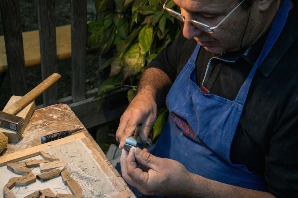 Taglio della pietra per il mosaico