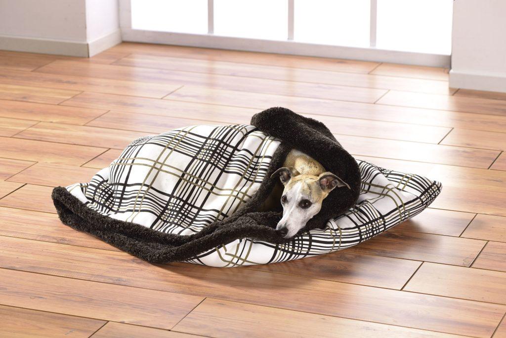 In einem Hundeschlafsack kommen Vierbeiner zur Ruhe - Hundeschlafplatz