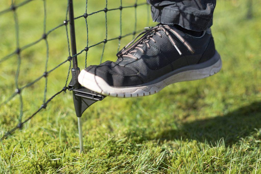 Bei der Zaunbauweise gibt es große Unterschiede, Pfähle aus hochfestem Fiberglas etwa sorgen für hohe Stabilität.