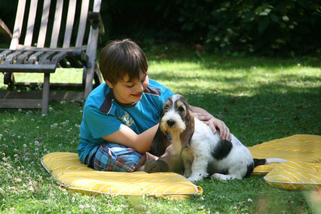 Gerade wenn Kinder intensiv mit dem Tier in Berührung kommen, ziehen viele Hundebesitzer natürlichen Zeckenschutz der chemischen Keule vor.