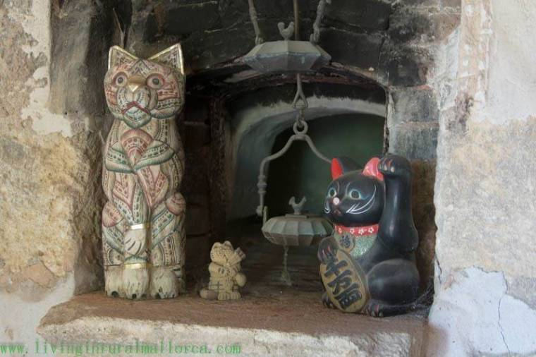 Cat ornaments in front of the old bread oven