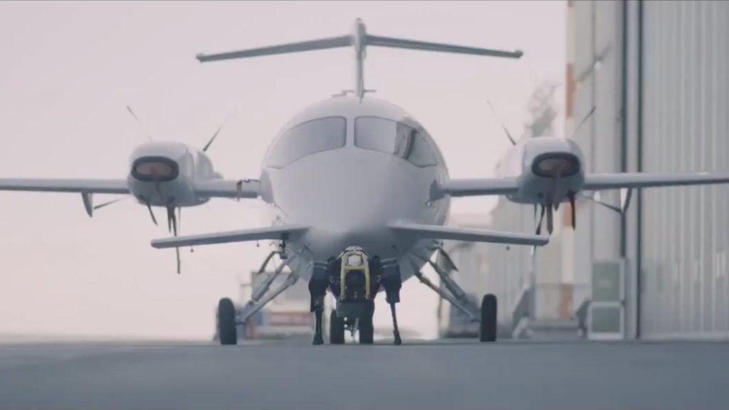 Roboterhund zieht Flugzeug