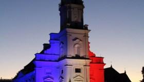 Kauno rotušė su Prancūzijos vėliavos spalvomis 02