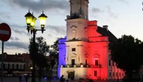 Kauno rotušė su Prancūzijos vėliavos spalvomis 08
