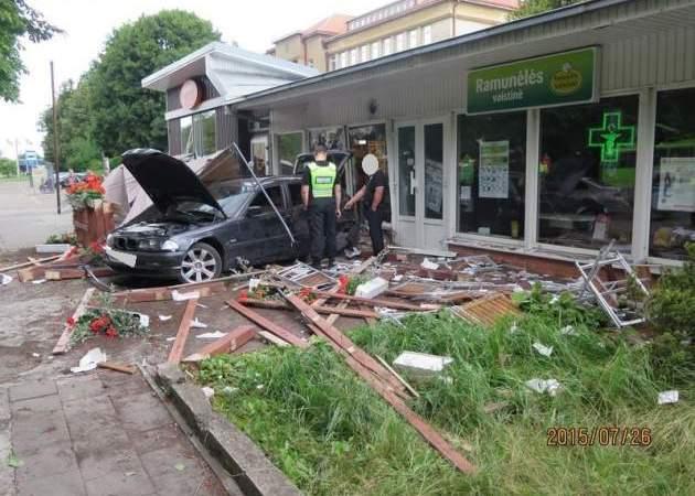 Kaune į kavinę įvažiavusio automobilio vairuotojas ir keleivis – visiškai girti