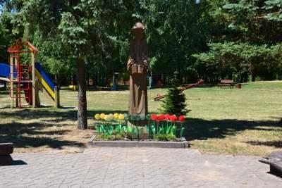 Babtų miestelio mezgėjos paminėjo pasaulinę mezgimo dieną viešoje vietoje