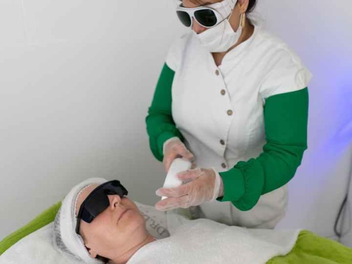 Kas atlieka lazerinę epiliaciją?