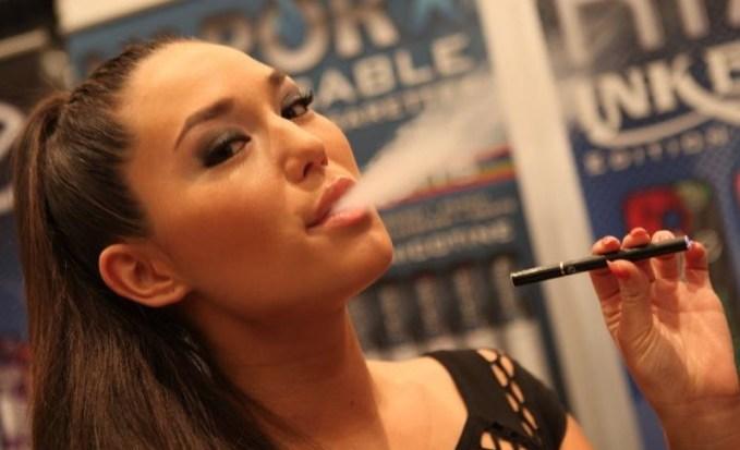 Egyre több embert látni kávézókban is elektromos cigarettával a kezében