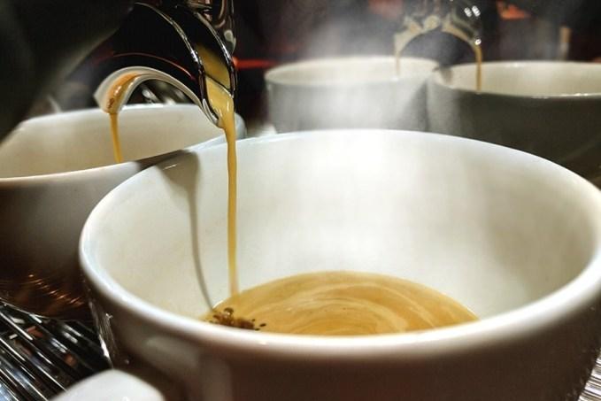 Forró kávé és langyos csésze