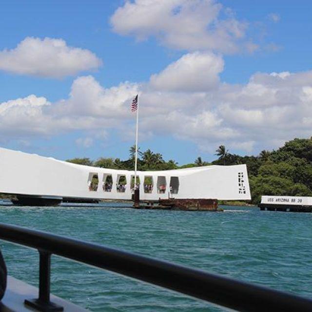 新曲が出来た。タイトルはBlack tear & Black rainBlack tearとは、ハワイはオアフ島の真珠湾攻撃の時に沈んだまま慰霊碑の一部となっている戦艦アリゾナから今だに海へと染み出している重油の事です。3年前アリゾナメモリアルに行った時実際に目にしました。そして、Black rainはもちろん1945年8月6日広島への原爆投下後に降り注いだという黒い雨の事です。自分はいわゆる被爆二世という立場で、小さい頃に親戚のお祖父さんお祖母さんからあの日の事を聞いたりしてました。二つの黒い雫に気持ちを込めて曲にしてみました。わしのライブでは、みんなに楽しい思いをして楽しい気持ちになってほしいです。この曲は楽しめる曲とはいかないけど、自分が大事だなと思う事は曲にしてみんなに聴いてもらいたいなとも思います。#唄うたいカワムラ