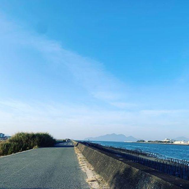 朝ラン。台湾、台北では青空をほとんど見れてなかった。青い空と海、綺麗じゃなー。明日の平和マラソンに備えて軽めの6kmラン。明日も晴レルヤ!#唄うたいカワムラ