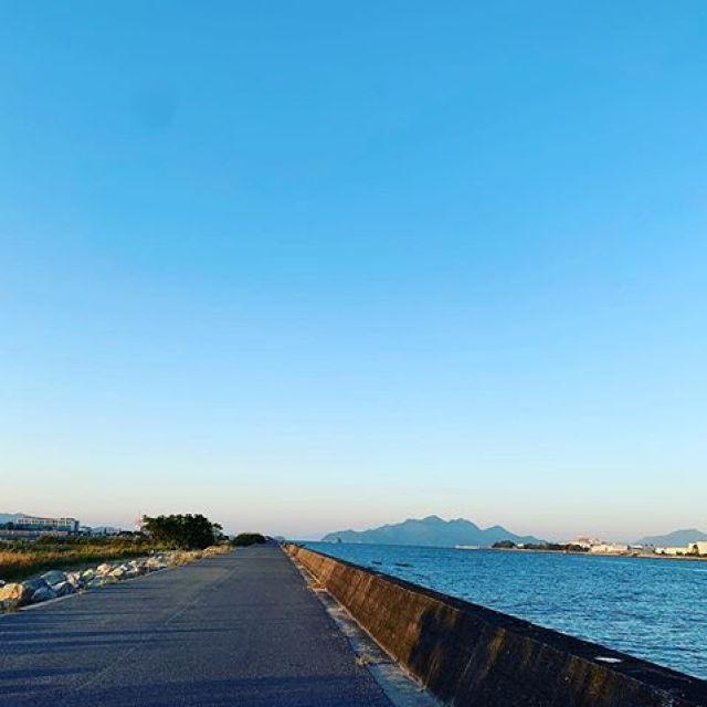 朝ラン10km。朝の空気に肌寒さを感じようになってきた。だんだんと季節は巡る。綺麗な夜明け。#唄うたいカワムラ