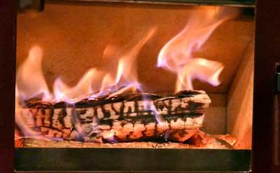 小さな炉内できれいに燃焼する