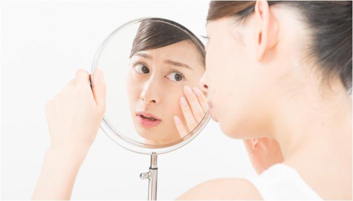 生理前ニキビで悩む女性のイメージ画像