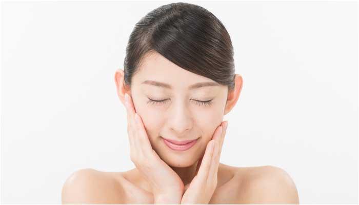 アトピー性皮膚炎の女性のイメージ画像