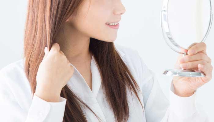 脂漏性皮膚炎で頭皮のフケかゆみに悩む女性のイメージ画像