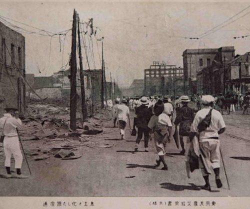 【8】○○銀座を生んだ、銀座のレンガ。関東大震災の難事へ対応したのは内務大臣の後藤新平。ナポレオン3世によるパリ改造計画を参考に、道路を放射状に延ばす壮大な復興計画を立てる。資金不足で断念するも「遷都をしない」ことにこわだり、東京を災害に強い街にするべく様々な工夫を凝らした。道路の建設、区画整理や新しい橋の建設、公園の新設や小学校の耐震及び耐火工事により避難所を確保など、現在もその多くが受け継がれている。銀座でも、煉瓦家屋のほとんどの取り壊し、昭和通りの整備、晴海通りや外堀通りの拡幅が行われたものの、街区の整備に手をつけられることはなく、1872年(明治5年)区画整理時の町並みが残された。なお戸越の商店街が、排水処理に困っていた為、銀座から撤去されたレンガを貰い受け利用した由来から戸越銀座と名乗るようになり、全国初の「○○銀座」となった。その後全国各地で「○○銀座」と名付けられた商店街が形成されるようになった。