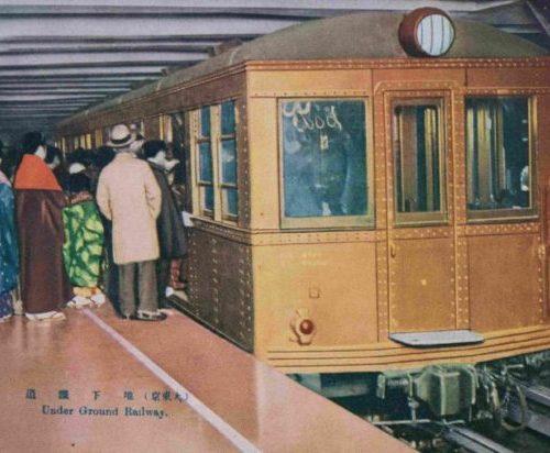 【15】「東洋唯一の地下鉄道」誕生。昭和2年(1927)に開通した、日本初の地下鉄、銀座線。開通したのは上野駅~浅草駅間のたった2.2㎞の距離だった。昭和5年(1930)に万世橋駅まで開通し、昭和7年(1932)三越前駅や京橋駅まで伸び、昭和9年(1934)になり新橋まで開通。この頃の同じ区間の市電の運賃は7銭に対して、地下鉄は10銭均一という割高にもかかわらず、物珍しさもあって人々が押し寄せた。車両編成は1両のみでスタートし「東洋唯一の地下鐡道」がキャッチコピーだった。乗客は、コートやオーバーなど洋服を着た人もいたが、実際は着物姿が多かった。車両は東京地下鉄1000形1001号車両と言われ、当時木造車両が主流だった中で、台車、屋根板や内張りが鉄で作られた、全鋼鉄製の車両だった。ATS自動列車停止装置という、緊急時に自動で止まる装置を採用した画期的なものだった。このころ、阪急電鉄を創設した小林一三により、日比谷に映画・劇場街が開発され、当時繁華街の頂点だった浅草の客が、銀座にも流れてくるように。地下鉄の開通は、都内の人の流れを銀座に向けたのである。【15】昭和7年(1932)・(大東京)地下鐵道