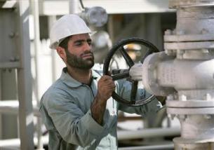 FILE PHOTO: An Iranian oil worker on the Persian Gulf coast.REUTERS/Morteza Nikoubazl