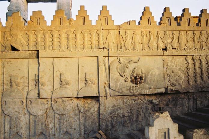 Persepolis-Darius_palace-stairs_relief