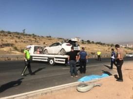 Yoldan çıkan otomobil aydınlatma direğine çarptı: 1 ölü 2 yaralı