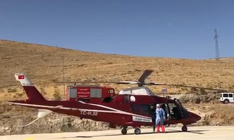 Doğumdan sonra ağlamayan ve moraran bebek hava ambulansı ile hastaneye kaldırıldı