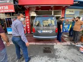 Sürücüsünün kontrolünü kaybettiği otomobil lokantaya böyle girdi