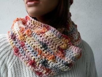Col snood au crochet, en bambou et laine, couleurs dégradées (corail, jaune orangé et gris) - Création Kazamarie