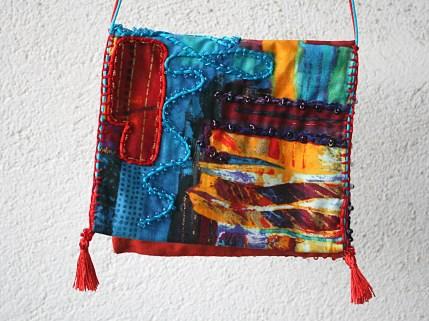"""Pochette tour de cou ou épaule, tissu imprimé style ethnique, coloré, en coton rebrodé et perlé, fait main - Collection """"Pochettes Trésors"""" - vue arrière"""