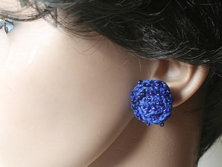 Puces d'oreille au crochet en coton bleu profond et perles - Création Kazamarie