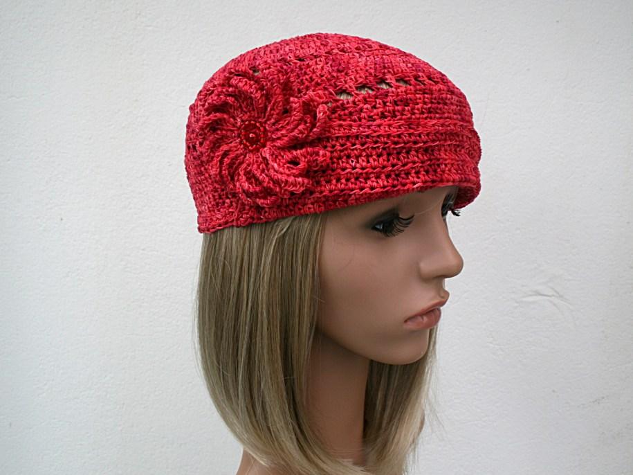 Petit chapeau rétro bord relevé maintenu par un broche fleur - Création et photo Kazamarie