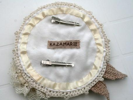 Doublure avec coton soyeux couleur crème, ruban de satin en bordure, et deux pinces crocodile pour le maintien du la tête.