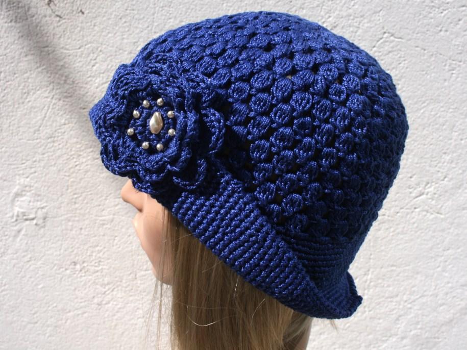 Chapeau cloche au crochet - broche-fleur perlée - Création et photo Kazamarie - Juin 2015