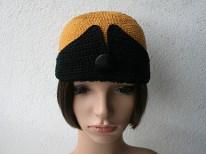 Chapeau rétro style années 20 en coton au crochet, couleurs gold et noire, bouton vintage noir. Création modèle et photo : Kazamarie
