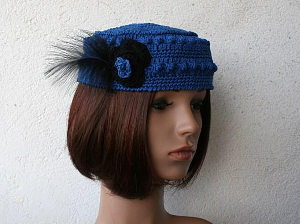 Toque au crochet en coton bleu outremer avec fleur et plume noires sur le côté - Création et photographie Kazamarie