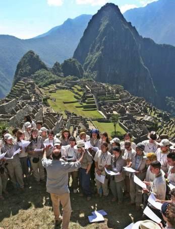 PERÚ-RUTA QUETZAL:LIM01.LIMA (PERÚ) 28/06/05.- Un grupo de jóvenes participantes de la Ruta Quetzal, durante la visita a la ciudadela inca de Machu Picchu, ubicada en el departamento sureño de Cuzco ayer, 27 de junio, en Perú. Cerca de 400 jóvenes expedicionarios de 40 países comenzaron la aventura el sábado pasado y recorrerán los departamentos de Loreto, Cuzco, Ayacucho y Lima, durante 42 días. EFE/José de la Cuesta