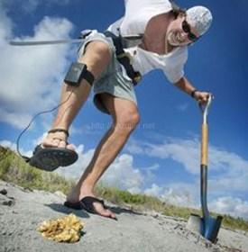 その手があったか!浜辺でお宝探し、金属探知機能付ビーチサンダル「Metal Detecting Sandals」